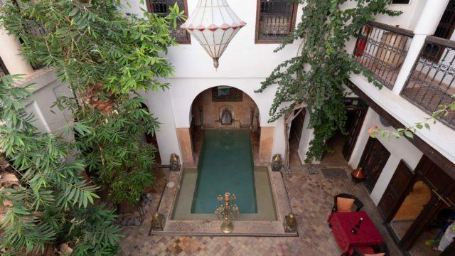 Magnifique riad authentique de 5 chambres dans la médina de Marrakech. Somptueuse architecture, piscine et parking à 2 minutes. Son charme ne peut vous laisser indifférents