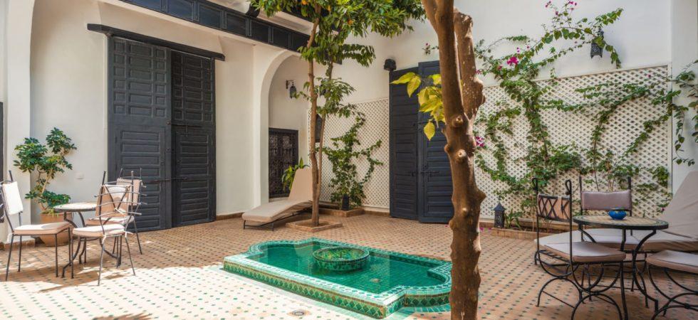 Magnifique riad du XIX siècle situé à proximité du célèbre souk El Khemis. 6 chambres, petit bassin et très belle terrasse. Accès voiture et parking à proximité
