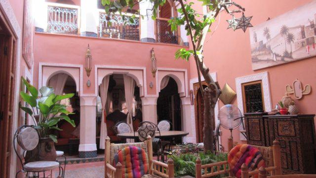 Magnifique riad, son authenticité ne peut que vous séduire. 4 belles chambres, un patio agréable avec un mur d'eau et une agréable terrasse avec un grand jacuzzi. Situé dans un excellent quartier
