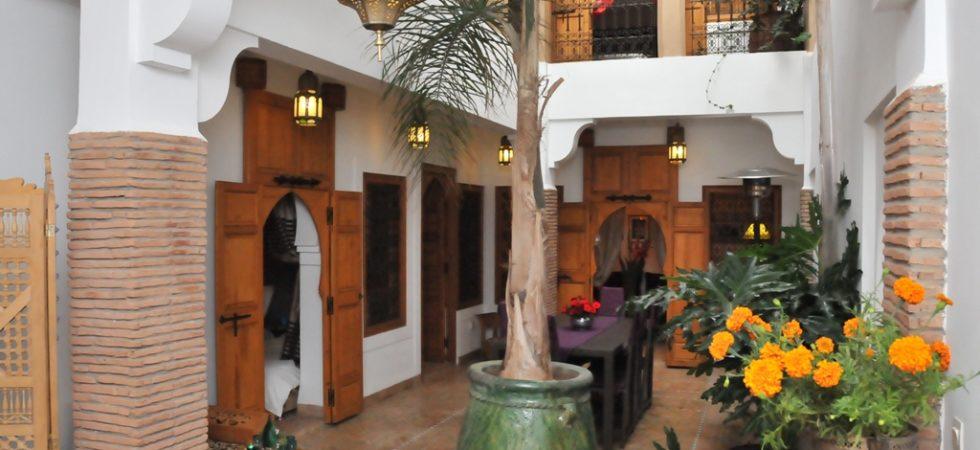 Somptueux riad dans un quartier calme et accessible. Proche du palais royal et étant adossé au jardin de l'Agdal. 5 chambres, hammam et belle terrasse. Etat général remarquable, parking à 250 mètres