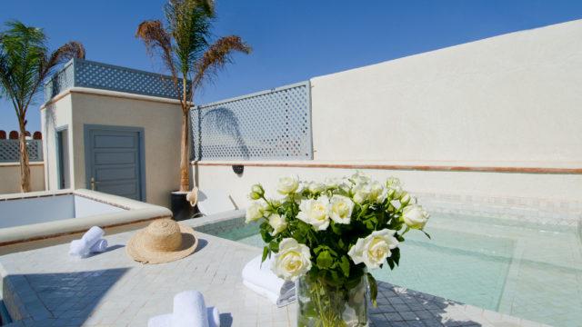 Magnifique riad dans un style loft, alliance parfaite entre l'art contemporain et mauresque. Un bel espace de vie au rdc, 3 belles chambres et une belle terrasse avec bassin. Accès voiture parfait et rentabilité locative très intéressante