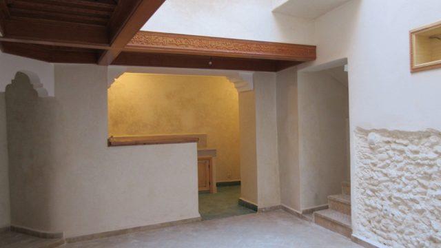 Charmant petit riad de deux chambres et une belle terrasse. Emplacement idéal dans la médina de Marrakech, quartier très en vogue. A meubler à votre goût, aucun souci si vous souhaitez réaliser une rentabilité locative, ce genre de petit riad correspond tout à fait au profil