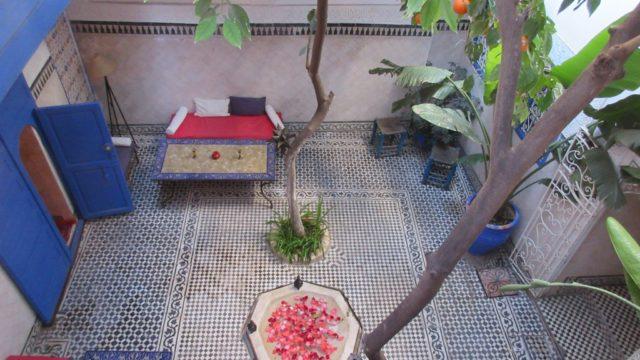 Magnifique pied à terre dans la médina de Marrakech. Le charme et l'atmosphère du ce riad authentique, ne peuvent vous laisser indifférents. Joli patio arboré de ses orangers et sa fontaine, 3 chambres, salon avec son magnifique plafond sans oublier une charmante terrasse. Quartier excellent