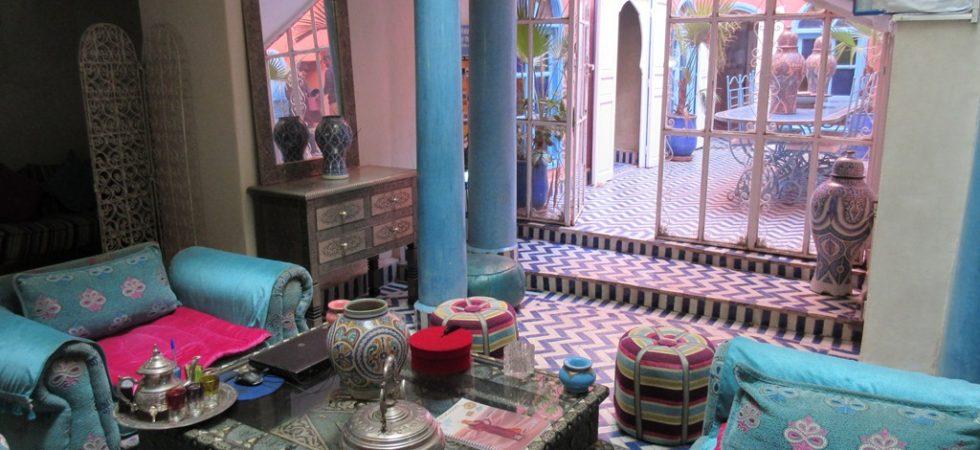 A 200 mètres de la place Jamâa El Fna, maison d'hôtes de 6 chambres dans la médina de Marrakech. Riad atypique, plein de charme, une vue sur la place et la Koutoubia comme très peu de riad peuvent s'en venter