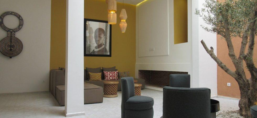 Magnifique riad contemporain dans un excellent quartier de la médina de Marrakech. Raffiné, confortable, il propose 4 belles chambres, une magnifique pièce de vie au patio avec son bel espace salon cheminée et sa cuisine Américaine et une agréable terrasse. Accès voiture