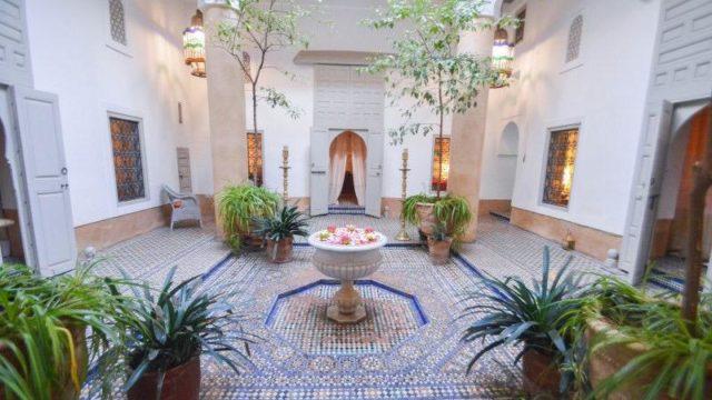Exceptionnel riad au cœur de la médina de Marrakech. Un véritable joyau, son architecture, ses zelliges et ses anciennes boiseries n'ont d'égale qu'au palais Bahia. Un musée, un palais ou les vizirs et pachas ce sont croisés dans ce lieu authentique sans parler de Joséphine Baker y séjournait systématiquement lors de ses passages à Marrakech. Qu'importe la rentabilité, c'est avant tout, l'acquisition d'un lieu unique, une œuvre exceptionnelle