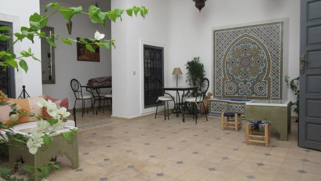 Situé à 10 minutes de la place Jamaâ El Fna, charmant riad dans un état impeccable. 3 chambres, patio lumineux avec fontaine et une belle cuisine. A usage privé mais peut assurer un rendement locatif sans aucun souci. Son accès voiture est parfait