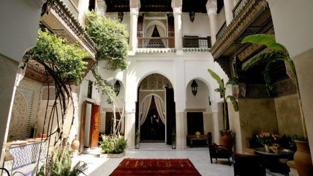 Un petit chef-d'œuvre d'architecture et du noble artisanat Marocain. Exceptionnel riad du 18 siècle situé dans l'un des meilleurs quartiers de la médina. Une somptueuse douiria, hammam et piscine sur la terrasse. Un lieu unique et rare