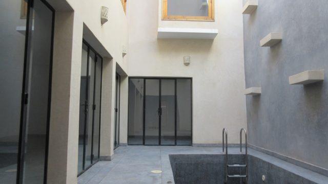 Riad dans un style contemporain avec un accès voiture parfait. 4 belles chambres, une piscine et agréable terrasse. En résidence secondaire ou rendement locatif, vous y trouverez votre compte
