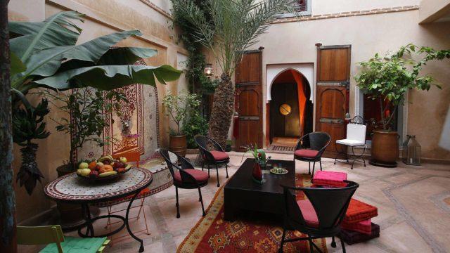 Authentique riad de 4 chambres situé dans un excellent quartier. Possibilité de réinitialiser le bassin dans le patio et bâche électrique pour couvrir le patio. Riad pour tout projet, accès voiture idéal
