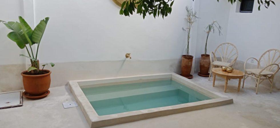 A 4 minutes de la place Jamaâ El Fna, riad bohème chic de 4 chambres et un bassin. Son charme opère immédiatement, son parfum de zénitude suspend le temps