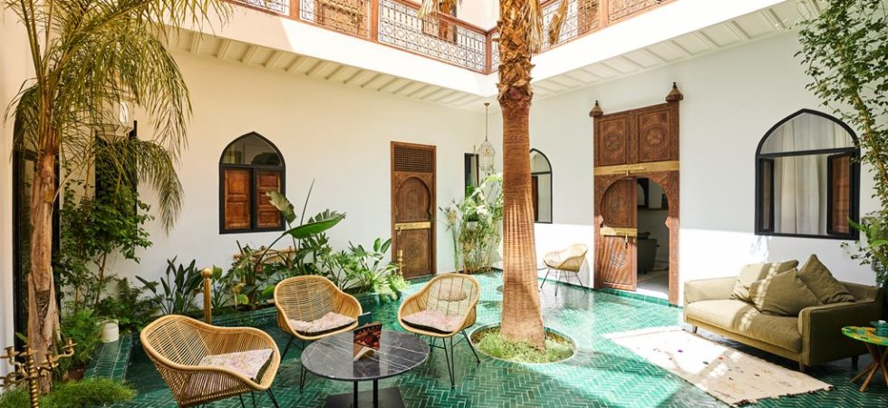 Luxueux riad à 7 minutes de la place Jamaâ El Fna. 7 belles chambres et suites, magnifique patio, très belle terrasse, pas une faute de goût. Aménagement et qualité de finition irréprochable, son confort ne peut que vous interpeller
