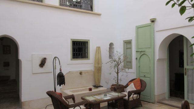 Authentique, charmant riad au cœur de la médina. Belle architecture, 3 chambres, couverture patio électrique et à quelques encablures des lieux incontournables à visiter