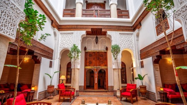 Exceptionnel riad du 17 siècle. Idéalement place dans la médina, son architecture vous laissera sans voix. Admirer et profiter de ce lieu unique