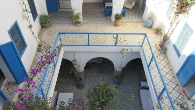 Authentique riad de 6 chambres et un hammam. Voisin du palais Bahia, excellent quartier. Un rafraîchissement est nécessaire, son potentiel est bien réel