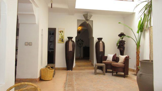 Charmant riad de 3 chambres situé dans un excellent quartier. Proche du souk central et à 4 minutes à pied de la place Jamaâ El Fna. Beau salon sur belvédère avec vue panoramique sur la médina et bâche électrique pour couvrir le patio