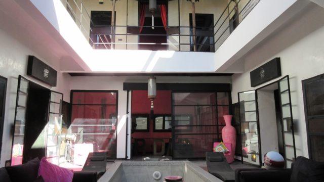Magnifique riad de style contemporain avec son authentique douiria. 4 belles chambres, possibilité d'une cinquième, piscine dans le patio et une très belle terrasse. Couverture patio électrique pour un confort optimal. Situé dans un excellent quartier