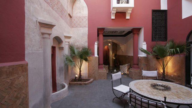 Riad privé datant du 18 siècle. Ancienne dépendance du palais Bahia, sa fontaine et son ancien hammam étant inscrit au patrimoine. 4 chambres, de magnifiques lieux de vie et plusieurs terrasses dont la plus importante avec vue panoramique