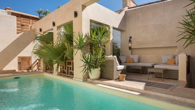 Magnifique riad de 4 belles chambres et sa belle piscine suspendue et chauffée. Deux patios, pièces de vie magnifiques, sans oublier sa belle terrasse et son accès voiture idéal
